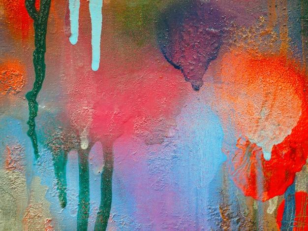 Ein mehrfarbiger farbfleck auf dem karton. bunter abstrakter hintergrund.