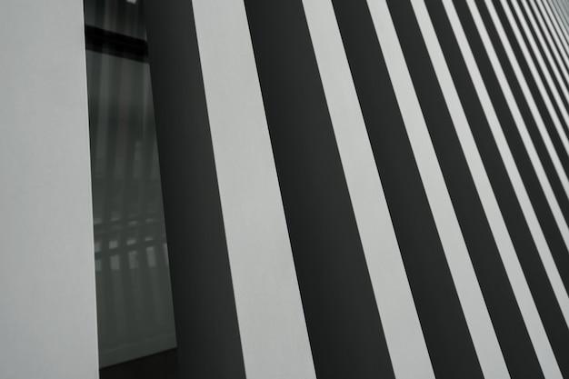 Ein metallischer hintergrund mit grauen streifen