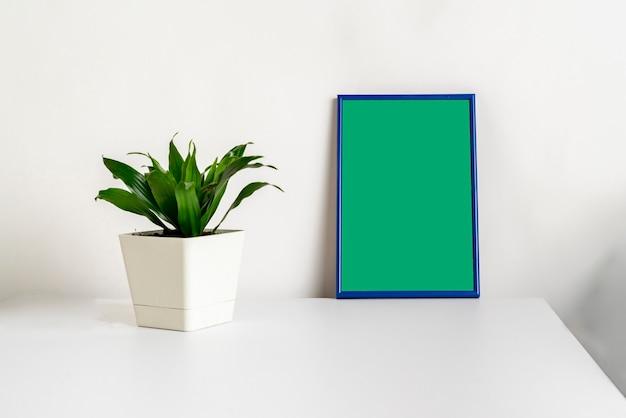 Ein minimalistischer stil des bilderrahmens im regal