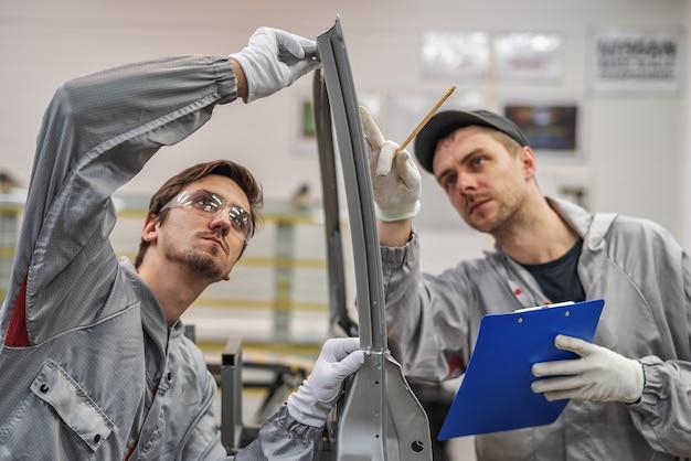Ein mitarbeiter der qualitätsabteilung der karosserielackiererei bietet schulungen zur qualitätskontrolle an