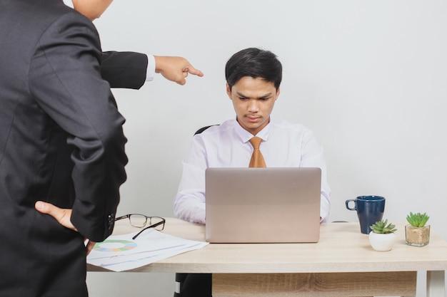Ein mitarbeiter wird von seinem chef beschimpft
