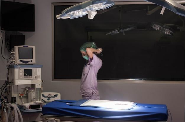 Ein mitglied eines medizinischen teams, das instrumente für einen chirurgischen eingriff vorbereitet allgemeinmedizin