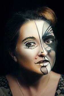 Ein model posiert emotional mit kreativem make-up