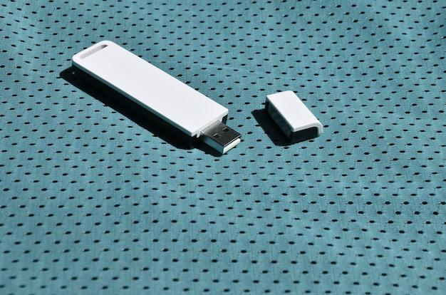 Ein moderner tragbarer usb-wlan-adapter