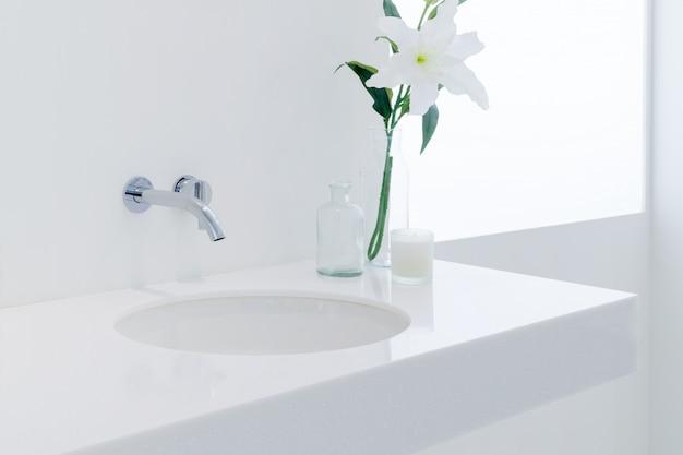 Ein modernes badezimmer mit waschbecken in weiß.