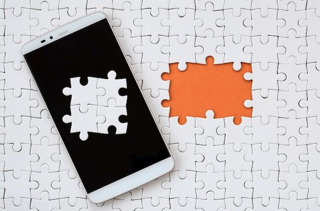 Ein modernes großes smartphone mit mehreren puzzle-elementen auf dem touchscreen
