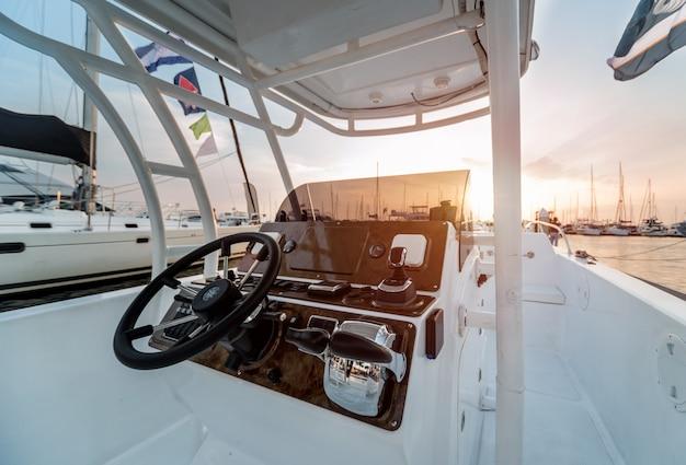 Ein modernes schnellboot yacht lenkräder.