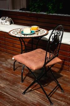 Ein mosaik-tisch auf einer terrasse eines cafés an einem sonnigen tag
