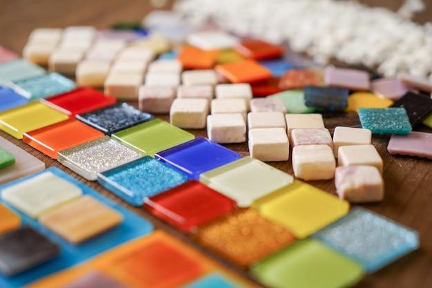Ein mosaikfliesen wird vorbereitet, um ein bild zu machen