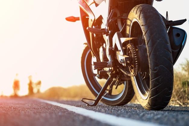 Ein motorradparkplatz auf der straße rechts und sonnenuntergang