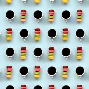 Ein muster vieler bunten nachtischkuchenmakrone- und -kaffeetassen