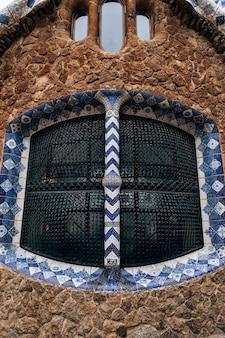 Ein nahaufnahmefenster in einem lebkuchenhaus am zentralen eingang zum park güell in barcelona?
