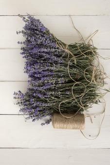 Ein nahaufnahmefoto des provenzalischen duftenden lavendels, der auf tisch liegt. medizinische aromatherapie. draufsicht