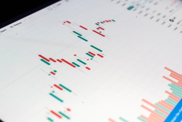 Ein nahaufnahmemonitor mit diagramm des aktiendiagramms, finanzwachstumsdiagramm