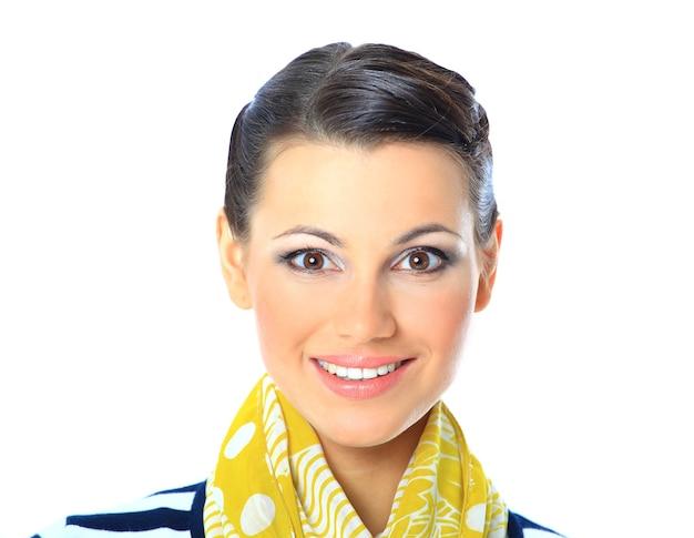 Ein nahaufnahmeporträt einer schönen frau mit einem gelben schal. isoliert auf weißem hintergrund.