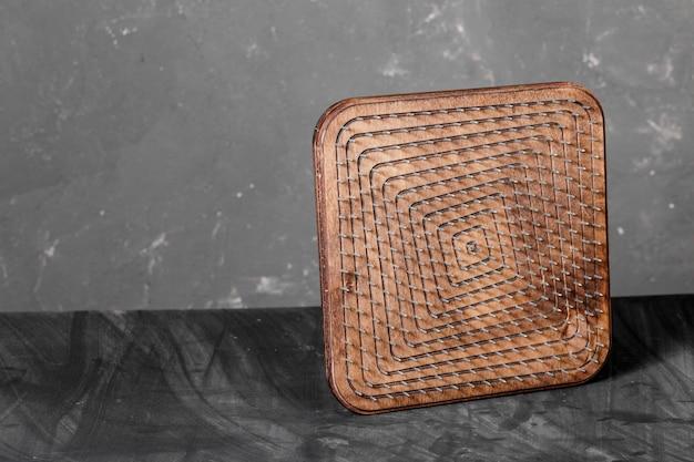 Ein natürliches fußmassagegerät aus holz mit hobnails