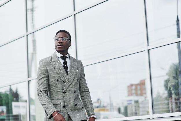 Ein netter afroamerikanischer geschäftsmann geht ins büro