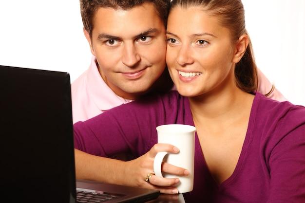Ein nettes junges ehepaar, das zusammen im internet surft