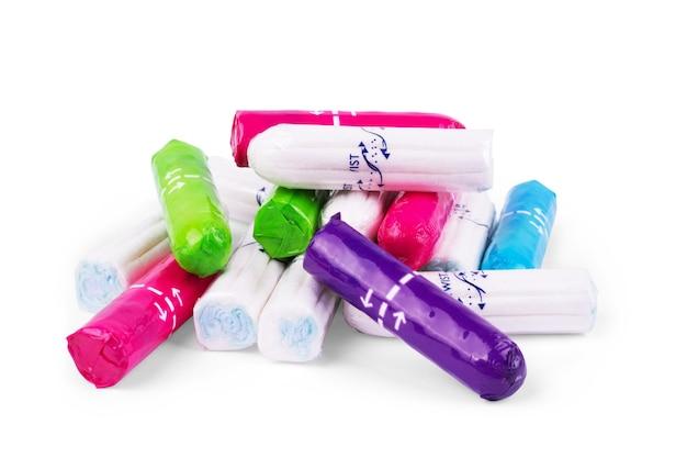Ein neuer weicher tampon mit blauer schnur, um menstruationsblut zu absorbieren, isoliert auf weißem hintergrund