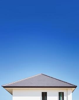 Ein neues dach des hauses bauen.