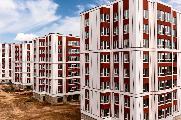 Ein neues wohnquartier mit hochhäusern wird fertiggestellt