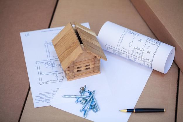 Ein neues zuhause bauen. schließen sie oben vom hausplan mit gebäudehilfsmitteln