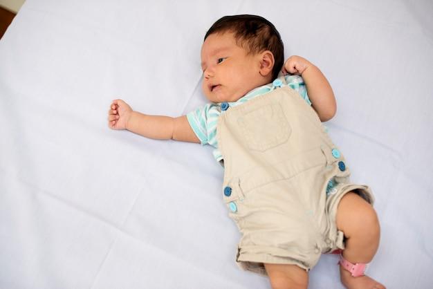 Ein neugeborenes baby