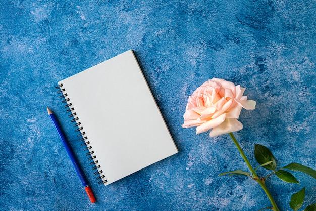Ein notizbuch und eine rose
