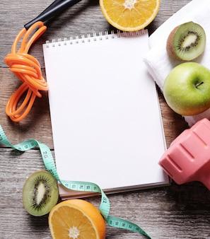 Ein notizbuch und gesunde lebensmittel beiseite