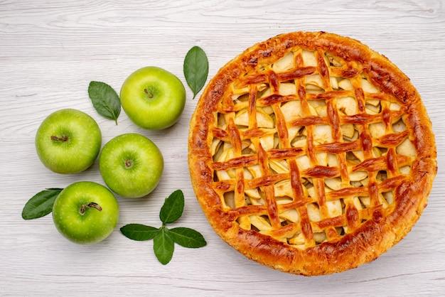 Ein obstkuchen mit draufsicht, köstlich mit äpfeln auf der leichten schreibtischkuchen-keksfrucht