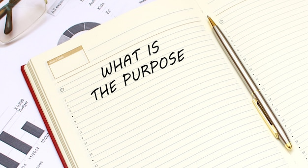 Ein offenes tagebuch mit text liegt auf einem schreibtisch. geschäftskonzept.