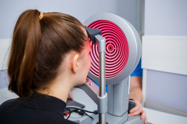 Ein optiker in seiner klinik studiert das sehvermögen. augenheilkunde, medizinische diagnostik.