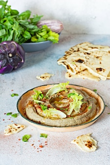 Ein orientalisches gericht aus gebackenem auberginen-babaganush (auberginenpüree)