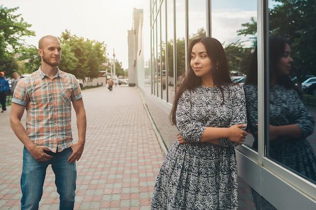 Ein paar bei einem date in der stadt ein mann bewundert eine frau auf einem spaziergang.