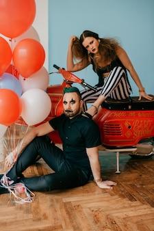Ein paar clowns posieren auf dem motorrad