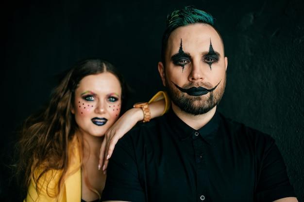 Ein paar clowns posieren im studio
