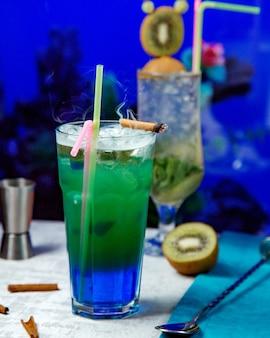 Ein paar cocktails auf dem tisch