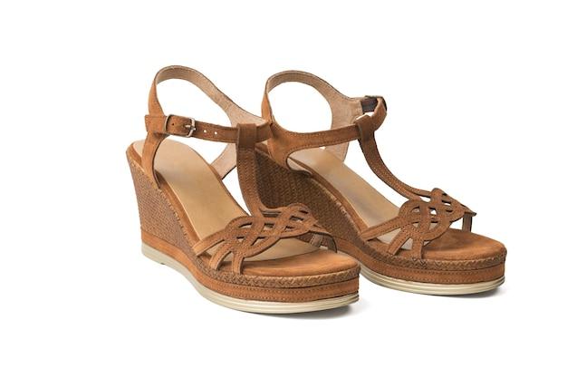 Ein paar damen sommer sandalen mit hohen absätzen isoliert auf weißem hintergrund. sommerschuhe für frauen.