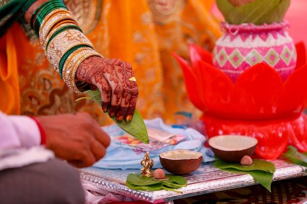 Ein paar, das zu hause nach hinduistischer tradition havan oder puja macht
