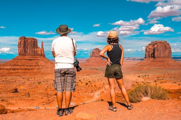 Ein paar europäer im monument valley national park im besucherzentrum.