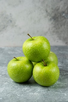 Ein paar frische äpfel auf marmor.