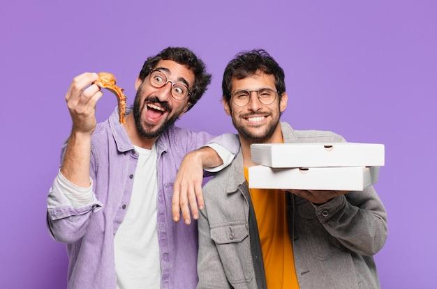 Ein paar hispanische freunde glücklicher ausdruck und halten pizza zum mitnehmen?
