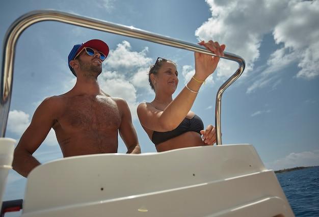 Ein paar jungs auf dem boot am meer während der sommerferien
