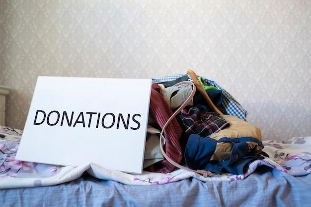 Ein paar kleider für eine spende an kinder aus armen ländern
