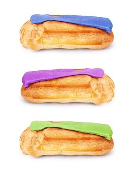 Ein paar köstliches französisches gebäck eclair eclaire bedeckt mit himbeeroberseite isoliert auf weiß