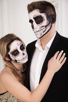 Ein paar mit skelett macht halloween oder allerseelen wieder gut