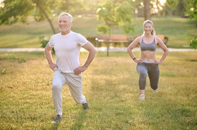 Ein paar mittleren alters beim training im park