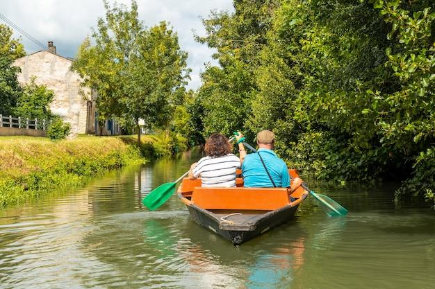 Ein paar ruderboote zwischen la garette und coulon, marais poitevin das grüne venedig, in der nähe der stadt niort, france