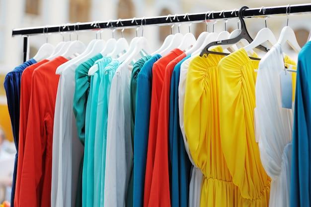 Ein paar schöne hochzeits- oder abendkleider auf einem kleiderbügel