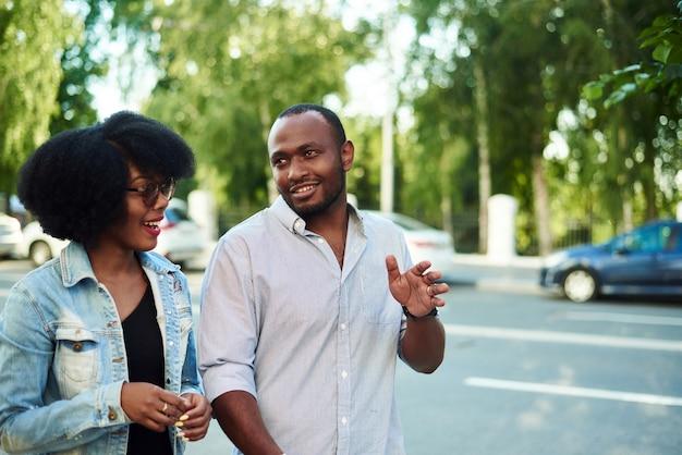 Ein paar schwarze laufen durch die stadt und kommunizieren miteinander.